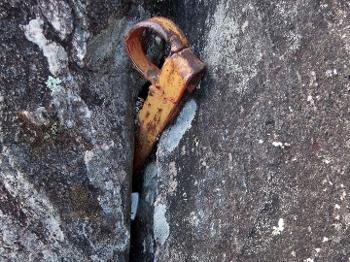 Piton caseiro instalado na conquista, com uma nut logo abaixo.