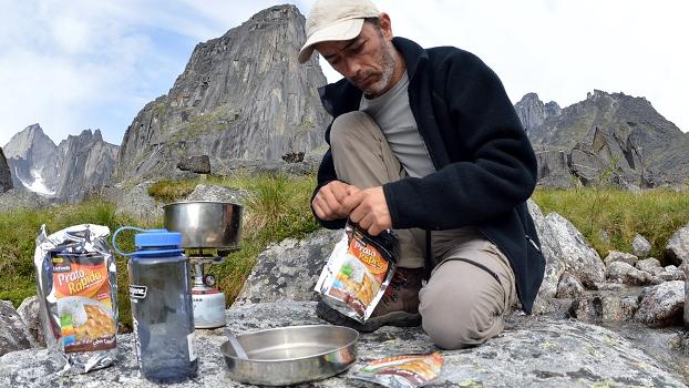 Valdesir preparando a refeição do dia