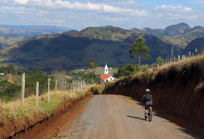 Descendo do Bairro dos Remédios para o asfalto que retorna para o centro de Gonçalves.