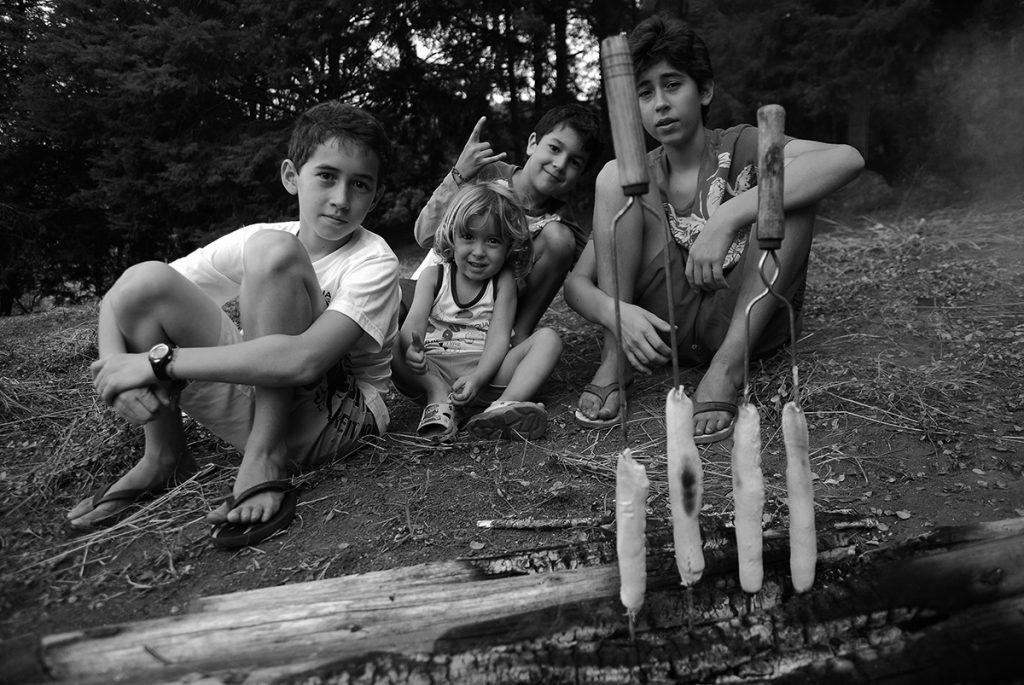 Artur, Jorge, Junhinho e Vitor assando o pão de caçador.