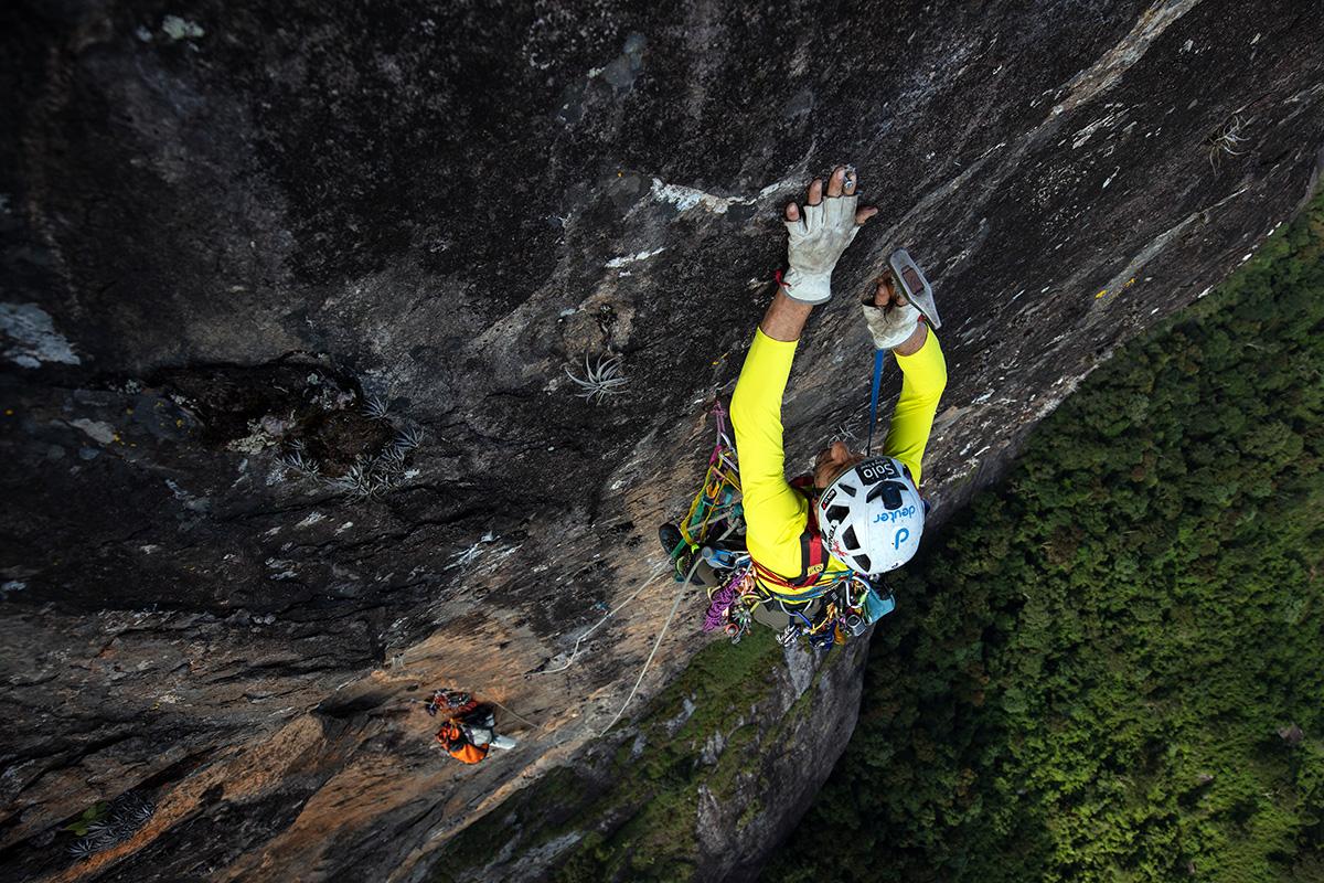 """Conquista solitária da """"Skywalker"""" na Pedra do Baú. Imagem Edson Vandeira"""