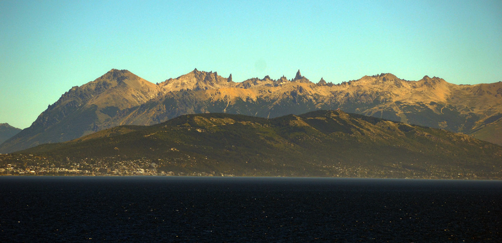 Bariloche e as Agulhas do Frey ao fundo.