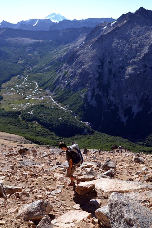 Vitor no Cerro Catedral, com o Tronador ao fundo.