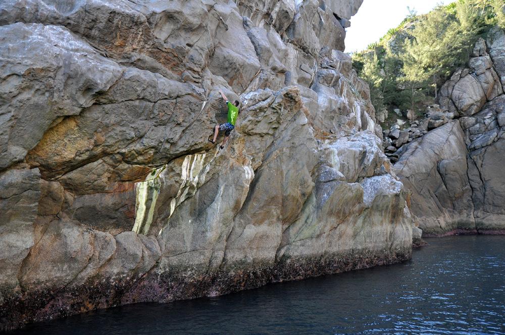 """Felipe Dallorto escalando """"Estrela de Davi"""", Ilha do Farol - Arraial do Cabo, RJ"""