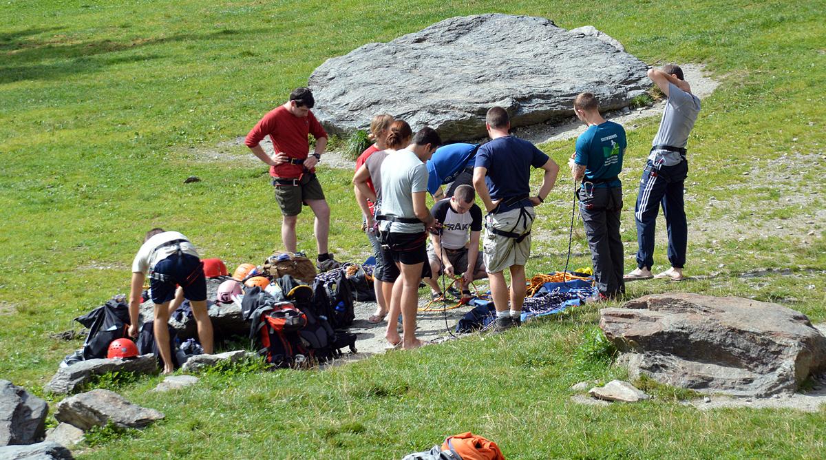 Aula de escalada em Gaillands. Algumas escolas da cidade levam os alunos para ter aulas na rocha.