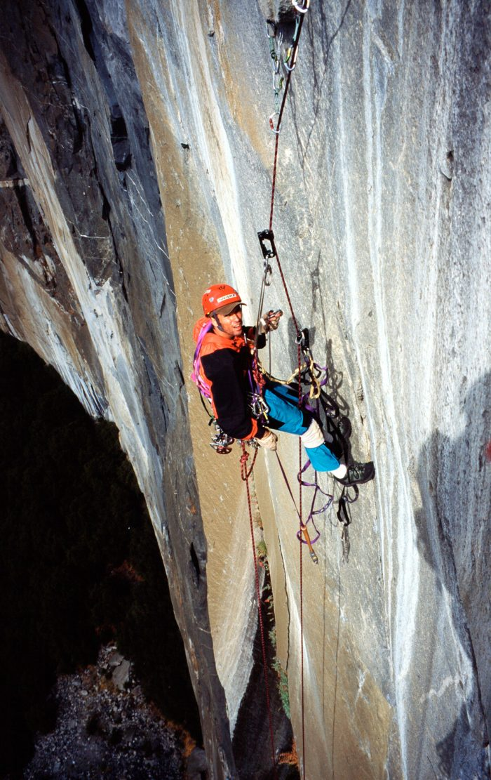 Marcio Bruno jumareando no El Capitan. Note o back up com nó, diminuindo o tamanho da corda.