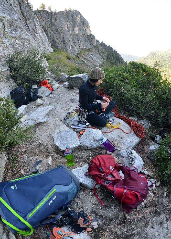 Preparando o equipo na base da falésia.