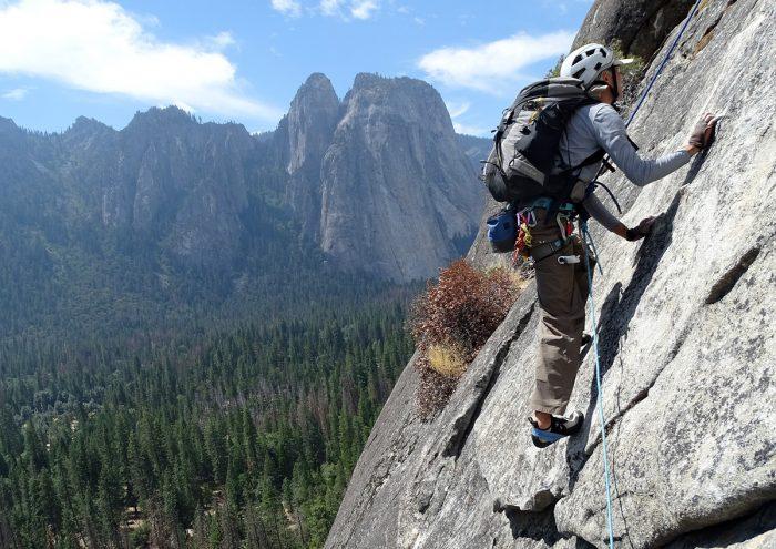 """Rogério da segunda enfiada da """"Nutcracker"""" com a parede da Cathedral ao fundo. Yosemite, Califórnia."""