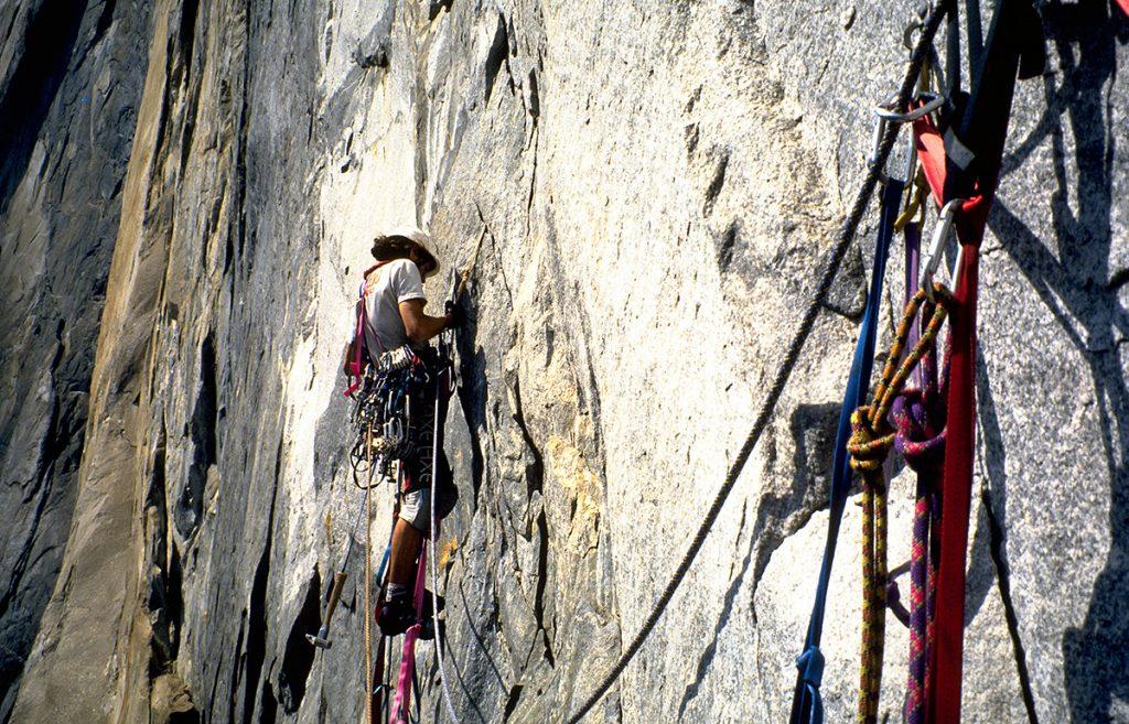 Eliseu Frechou na terceira enfiada A4 da Zenyatta Mondatta, El Capitan, Yosemite, Califórnia, EUA.