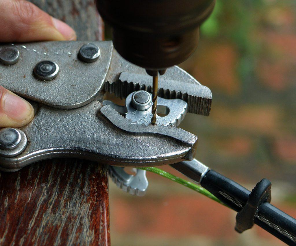 Abra o furo do arame com uma broca de 2mm.