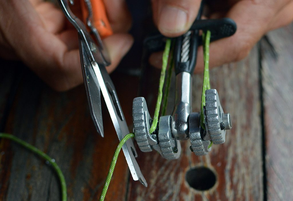 Faça a volta pelo puxador, e entre com o cordelete no outro furo. Ajuste o tamanho e corte o cordelete com um pouco de folga.