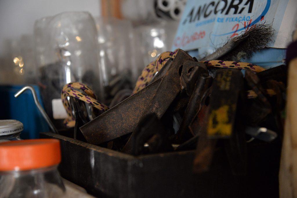 Pitons são de aço doce e enferrujam fácil, portanto devem ficar em lugares secos e bem ventilados.