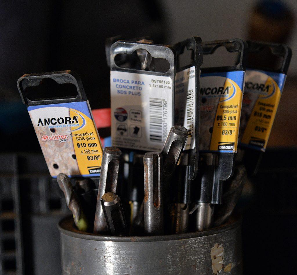 Brocas em latas abertas e ventiladas, para evitar ferrugem.