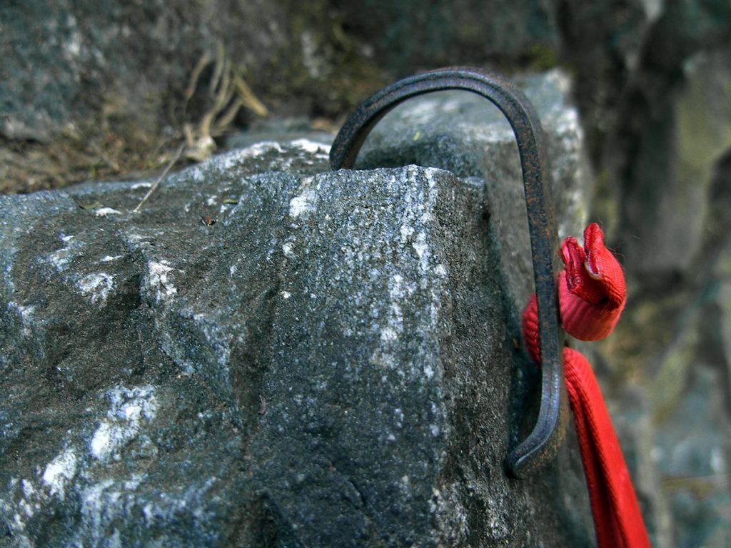 Glappling hook em uma agarra quase plana. Cuidado para não puxá-lo para fora, mantendo a pressão para baixo.