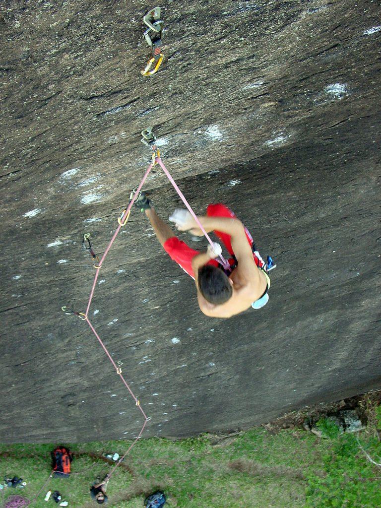 """Zézinho Rubens escalando """"Lepra"""" em 2003"""