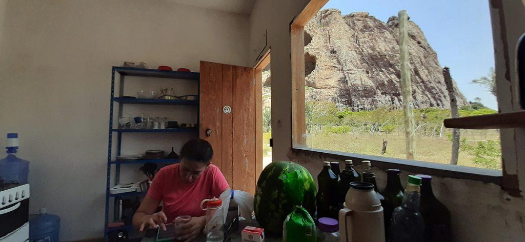 Cozinha do Abrigo de Montanha de Itatim. A vista não é nada mal, né?