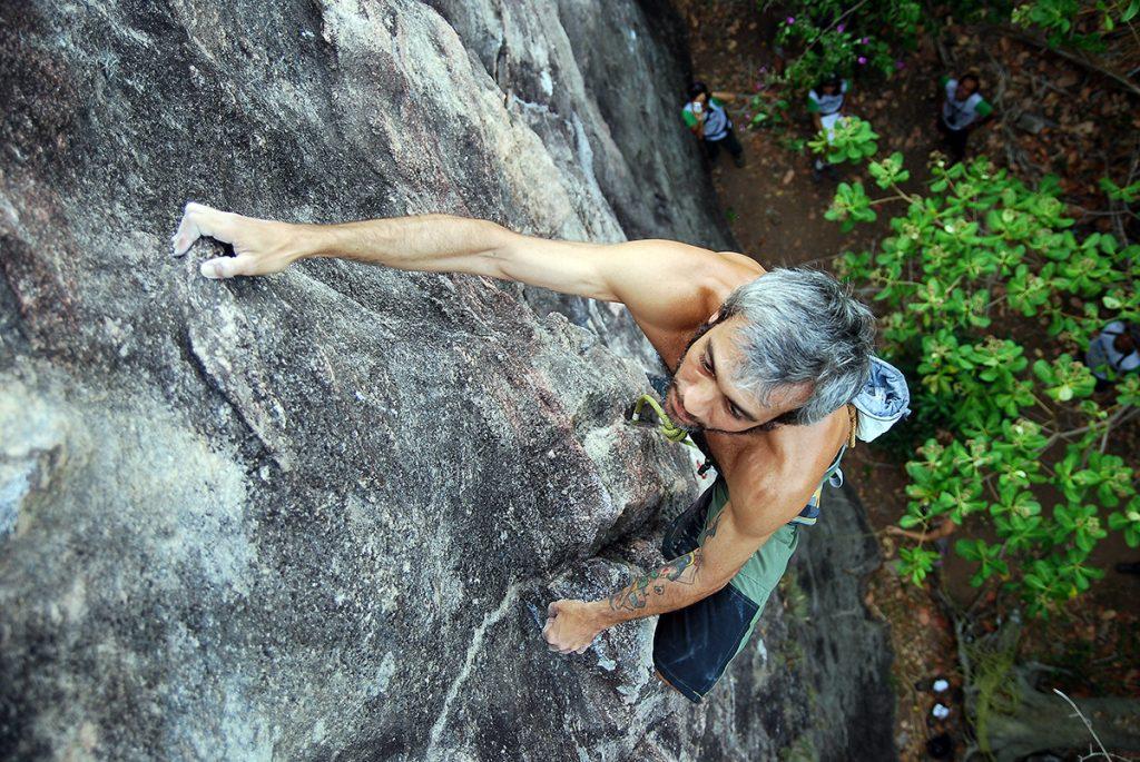 Ralf Côrtes no EENE de 2009, escalando na falésia da Face Norte.