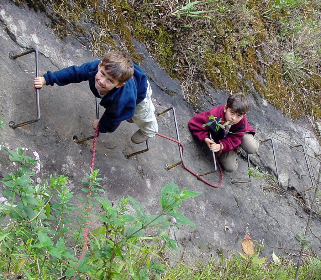 Artur com 5 anos, e Vitor com 7 anos, na ferrata da face sul da Pedra do Baú.