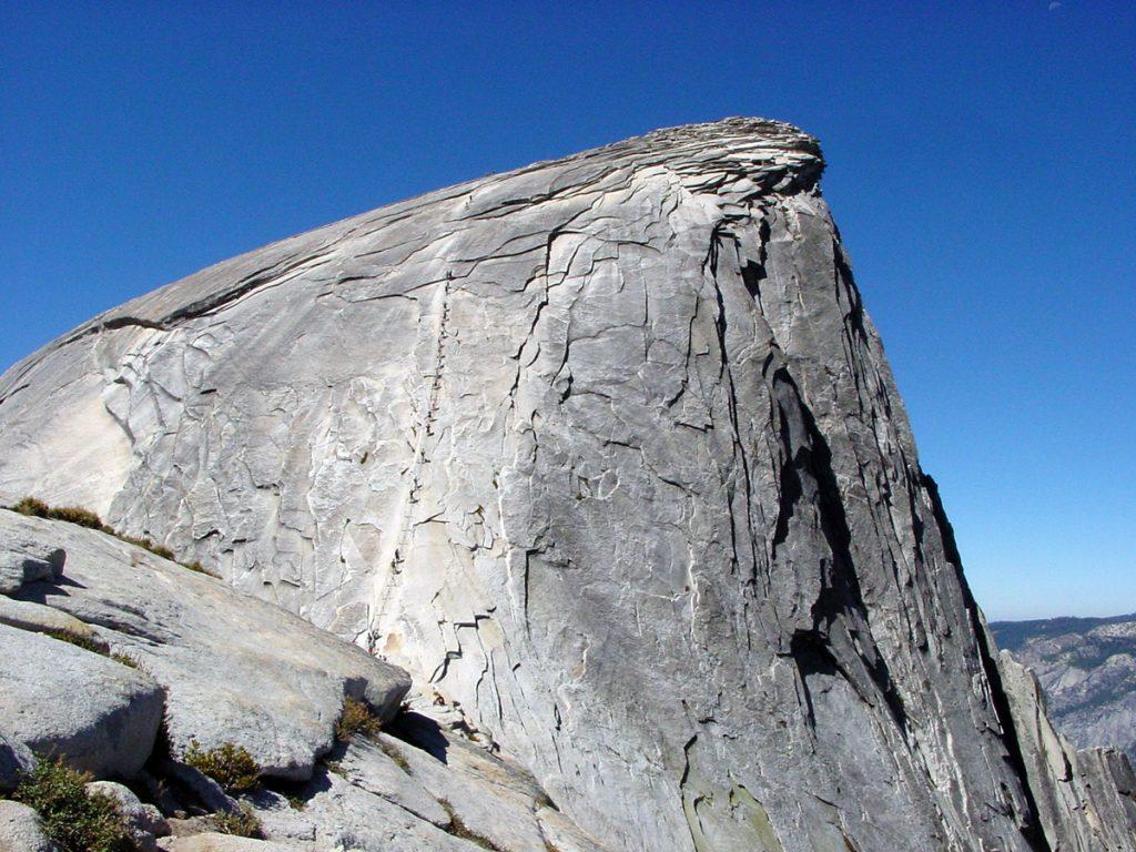 Half Dome no Parque Nacional de Yosemite, EUA. A via Ferrata é facilmente identificada no centro da face.