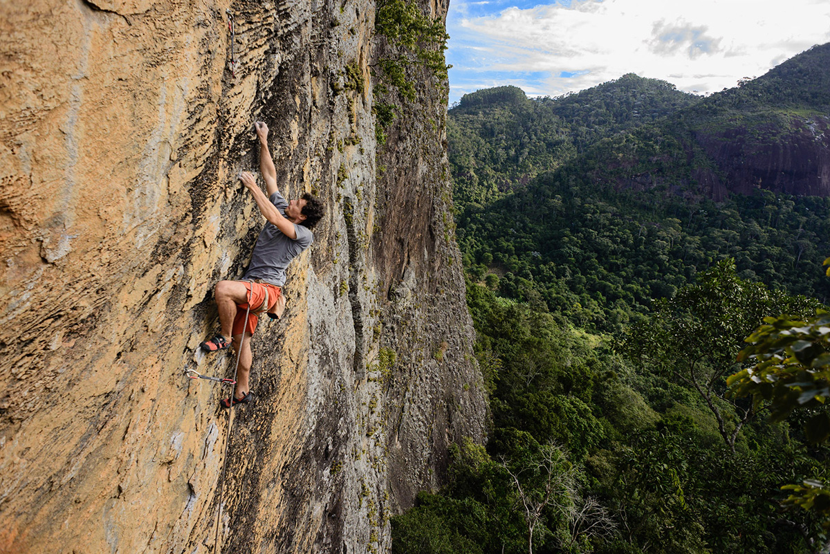 Caio Afeto escalando em Calogi, ES
