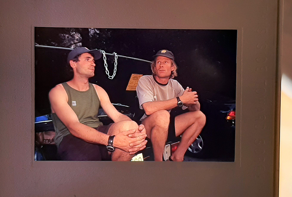 """Quando descemos da """"Plastic Surgery Disaster"""", Kevin Thaw e Conrad Anker vieram nos conhecer no Camp $, e troxeram uma garrafade vinho pra nos parabenizar pela ascensão. Note a corrente que fechava o porta-malas. Ahahaha."""
